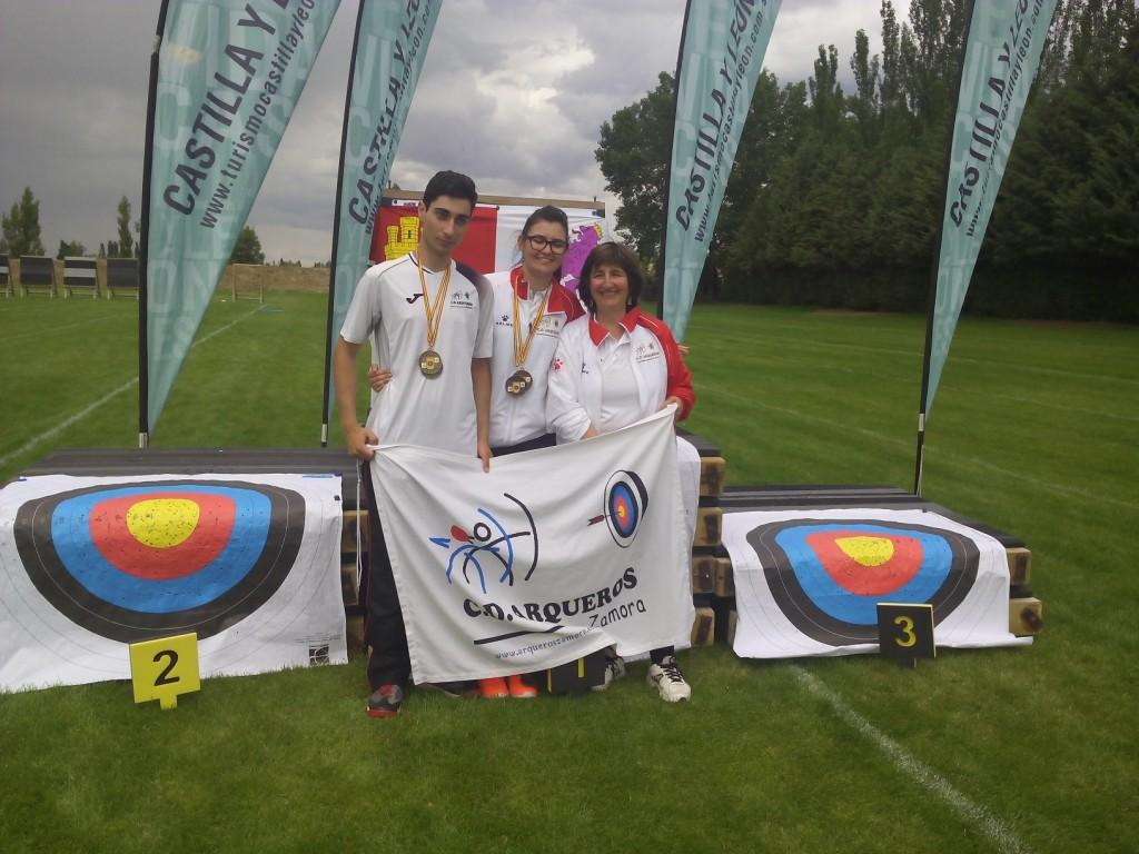 los medallistas con sus trofeos